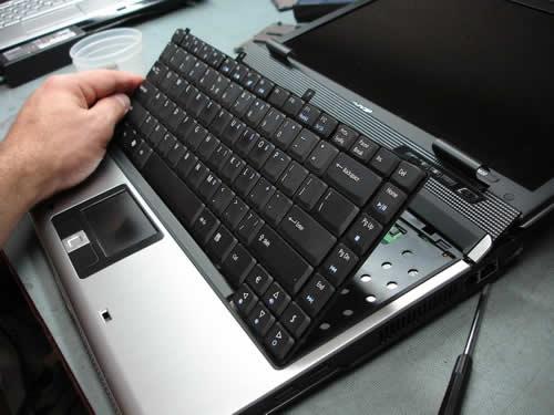 Kỹ thuật viên tháp bàn phím laptop ra khỏi Laptop